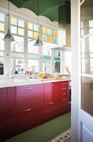 Cocina Con Muebles Rojos Y Techo Verde_ 00449753. Una Opción Arriesgada