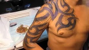 тату трайбл на спине мужские тату в стиле трайбл на спине 105