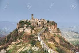 Civita Di Bagnoregio, Es Ist Eine Kleine Stadt In Der Provinz Viterbo In  Italien. Die Stadt Ist Berühmt Für Seine Position Auf Einem Plateau Von  Bröckeligen Vulkanischen Tuff Vally Auf Den Fluss