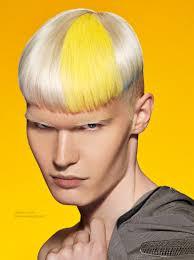 Herenkapsel Met Geschoren Zijkanten En Een Combinatie Van Blond