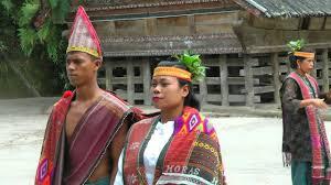 Suatu siang di rumah makan toba tabo (artinya 'toba enak'), terdengar lengkingan jernih alat musik tiup talatoit. Indonesia Traditional Batak Dance Lake Toba Sumatra Hd Video Mp4 Youtube