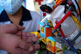 Học sinh tiểu học Đài Loan chế tạo robot phòng Covid-19