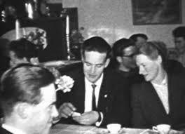 Minnie Jonsson får blommor på födelsedagen. ivan jonsson & thyra ringbert 01. Ivan jonsson & Thyra Ringbert.....i förgrunden Morgan Jonsson - ivanjonssonthyraringbert011