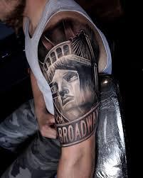 крутое тату статуи свободы на плече парня фото рисунки эскизы