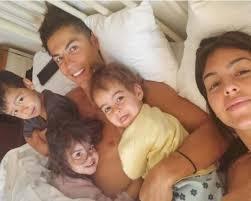 Cristiano Ronaldo bravo papà con i figli in piscina