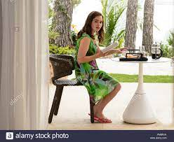 """EMILIA CLARKE-Lou Clark in New Line Cinema's and Metro-Goldwyn-Mayer  Pictures' romantic drama """"ME BEFORE YOU,"""" a Warner Bros. Pictures and  Metro-Goldwyn-Mayer Pictures release Stock Photo - Alamy"""