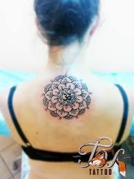 татуировка на спине у девушки мандала и символ ом фото рисунки