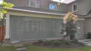 modelo de fachada beige clásica grande de dos plantas con revestimiento de