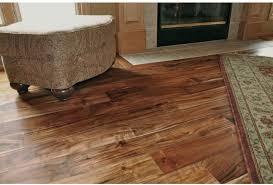 Der einsatz von kontrastierenden fugen kann den erwünschten plankeneindruck zusätzlich verstärken. Holz Bodenbelag Classic 18 X 93 Mm Lackiert Massivem Akazienholz Asiatisches Walnussholz Echtholzboden Amazon De Kuche Haushalt