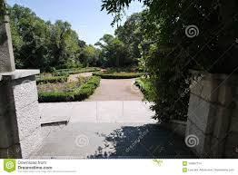 Small Round Flower Bed Design Stone Steps Leading To A Small Decorative Square With A