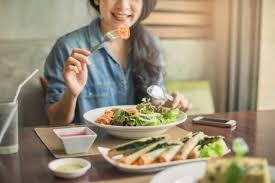 Makan siang di kantor, lebih hemat masak sendiri atau beli? Manfaat Masak Sendiri Bagi Kesehatan Fisik Dan Mental