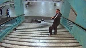 Die szene sorgte für bestürzung. Mann Auf U Bahn Treppe Runtergestossen Nicht Schon Wieder