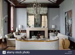 Wohnzimmer Mit Kronleuchter Und Spiegel Stockfoto Bild