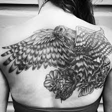 фото татуировка ястреба на спине женщины