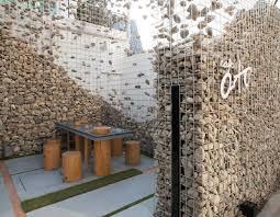 Costruire con i gabbioni metallici pieni di pietre architettura