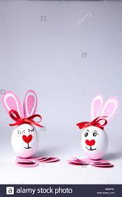 Divertenti le uova di pasqua un ragazzo e una ragazza Foto stock - Alamy
