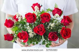 man hand giving red roses ile ilgili görsel sonucu