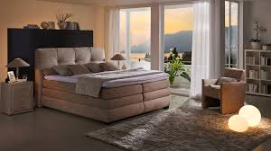 Wandgestaltung Schlafzimmer Bett Bettwäsche Amerika Grau Weißes