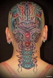 цветная женская тату на голове в стиле биомеханика Tatufotocom