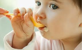 Cho trẻ ăn váng sữa đúng chuẩn nhất để con cao lớn vượt trội