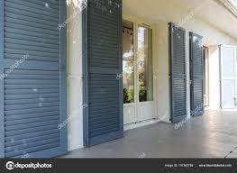 Fassade Ein Weißes Haus Mit Grauen Fensterläden Sommer Stockfoto