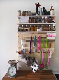 DIY pallet kitchen unit with shelves and holders (via  vorstellungvonschoen.blogspot.ru)