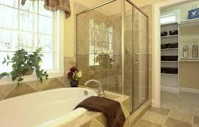 modelo 9 o banheiro clean com toque rústico conta com uma banheira minimalista e é separado do closet e do quarto por portas o que possibilita a