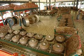 'tabuhan') adalah musik ansambel tradisional jawa, sunda, dan bali di indonesia yang memiliki tangga nada pentatonis dalam sistem tangga nada (laras) slendro dan pelog.terdiri dari instrumen musik perkusi yang digunakan pada seni musik karawitan.instrumen yang paling umum digunakan adalah metalofon antara. Gamelan Jawa Tengah Dan Yogyakarta Goblokku S Weblog