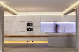 Küche Mit Kochinsel Und Tisch
