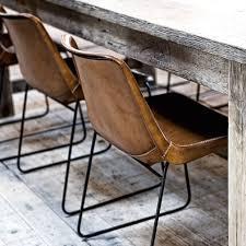 een industriële look maak je af met brons koper en natuurlijke materialen nyc apartment dining chairs dining and chair