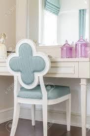 Weiß Schminktisch Mit Hölzernen Stuhl Im Schlafzimmer Lizenzfreie