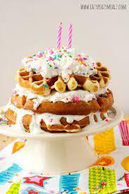 Cinnamon roll cake a very popular sweet roll originally from sweden and denmark, using cinnamon rolls as an alternative to a traditional birthday cake is less common than the other alternatives. 17 Incredible Birthday Cake Alternatives Wafles Dulces Receta De Waffles Tortas