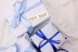 「プレゼントを渡す ホワイトデー」の画像検索結果