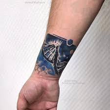 фото мужской цветной татуировки на руке в стиле реализм цепочка днк