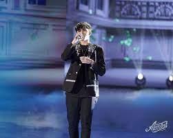 Deddy ad Amici 2021 spopola con i completi colorati: chi firma i look del  cantante sul palco