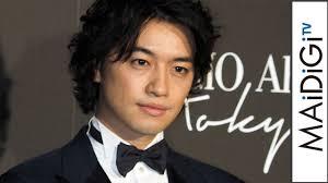 斎藤工ゆったりシルエットのタキシードでリラックスモードと笑顔