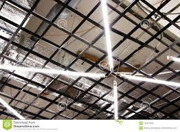 De Fluorescente Lampen Hangen Op Het Plafond In Een Industrieel