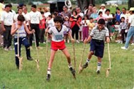 Uno de los juegos tradicionales que se practican en ecuador y en varios países de américa es el palo ensebado, aunque su origen está en nápoles, italia, donde se conoce como la curaña. A Jugar Bolinchas Y Cromos La Nacion