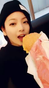 ハンバーガーを食べる岩瀬佑美子