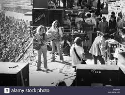 OAKLAND, ESTADOS UNIDOS - 14 de julio: Crosby, Stills, Nash & Young realice  en vivo en el escenario en el estadio de Oakland, California, el 14 de  julio de 1974 durante su
