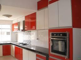 Rote und weiße Küchenschränke mit schwarzer Granit – Interieur und