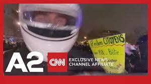 Momenti kur polici merr përpara kameramanin e Reuters - YouTube