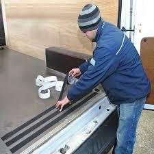 Im gegensatz zu den wohnraumtreppen sind treppen für außen stets den vorherrschenden wetterbedingungen ausgesetzt. Schwarzes Anti Rutsch Klebeband Fur Innen Und Aussenseite Online