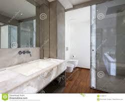 Modernes Badezimmer Mit Marmor Und Parkett Niemand Stockfoto Bild