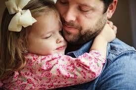 Resultado de imagem para imagem de um pai abraçando sua filha