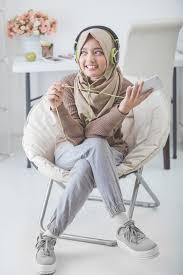pose model hijab indoor