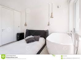 Asketisches Schlafzimmer Mit Ovaler Badewanne Stockfoto Bild Von