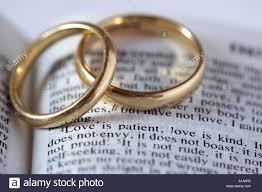Les Anneaux De Mariage Avec Verset De La Bible Banque Dimages