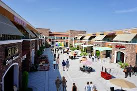 the plaza straddles the cities of hacienda heights and diamond bar pearl plaza features more than 60 notable s and restaurants sure to bring you a next