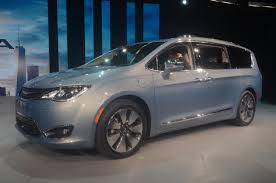 2017 Chrysler Pacifica Hybrid Hits 75 MPH in EV Mode, Has Two ...
